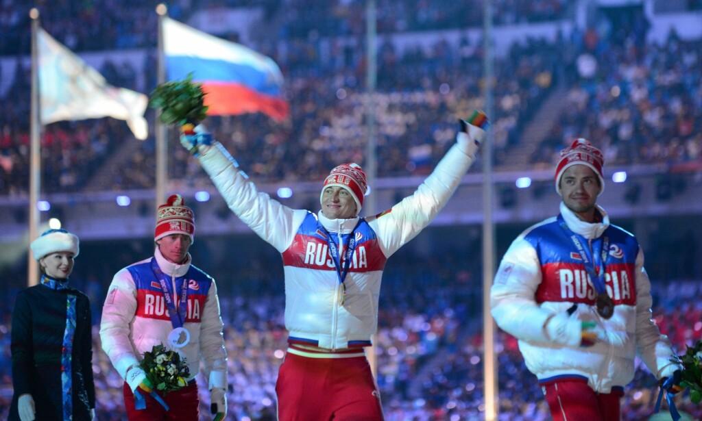 BEHOLDER GULLET: Trioen som tapetserte pallen på OL-femmila, Maxim Vylegzjanin, Alexander Legkov og Ilya Tsjernusov, beholder OL-medaljene sine. Foto: AFP PHOTO / KIRILL KUDRYAVTSEV