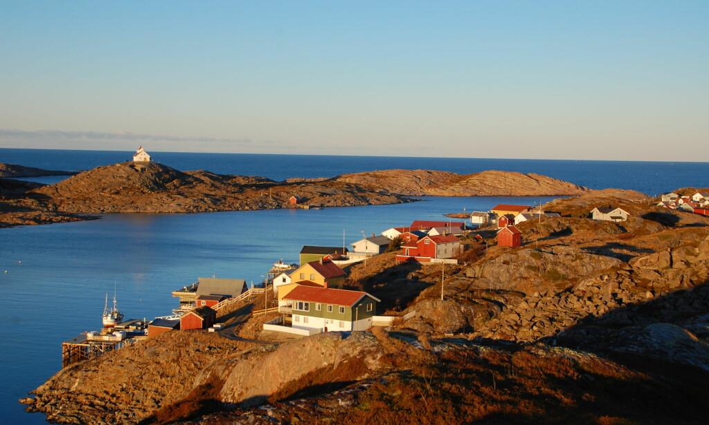 I HAVGAPET: Myken ligger langt ut i havgapet i Nordland fylke. For Jan Hellstrøm var det kjærlighet ved første blikk. Nå lager han whisky sammen med resten av øyas beboere. Foto: Myken Destilleri