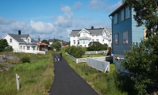 INGEN BILER: Det finnes ikke biler og bare én eneste liten vei på hele øya. Foto: Espen Rikter-Svendsen