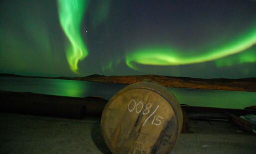 WHISKY UNDER NORDLYSET: Hellstrøm mener at stedet er perfekt for å lagre whisky. Foto: Destilleriet