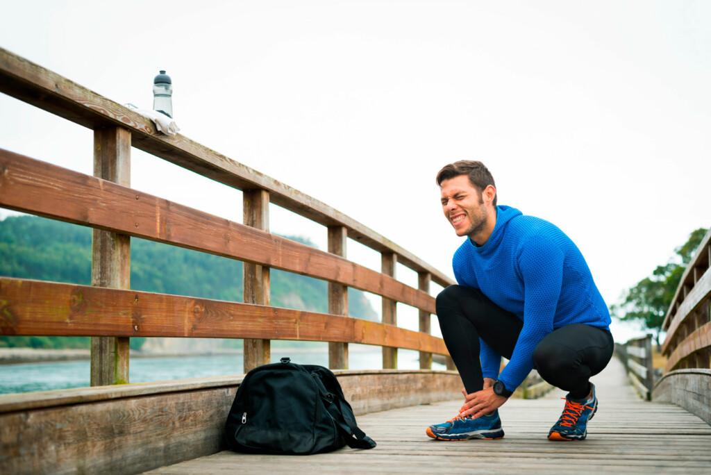 NÅR OPPSTÅR SMERTEN?  Har du leddsmerter i hvile, og om natten, eller oppstår smertene i forbindelse med løping eller annen trening? Det er viktig informasjon for legen. Foto: NTB Scanpix/Shutterstock