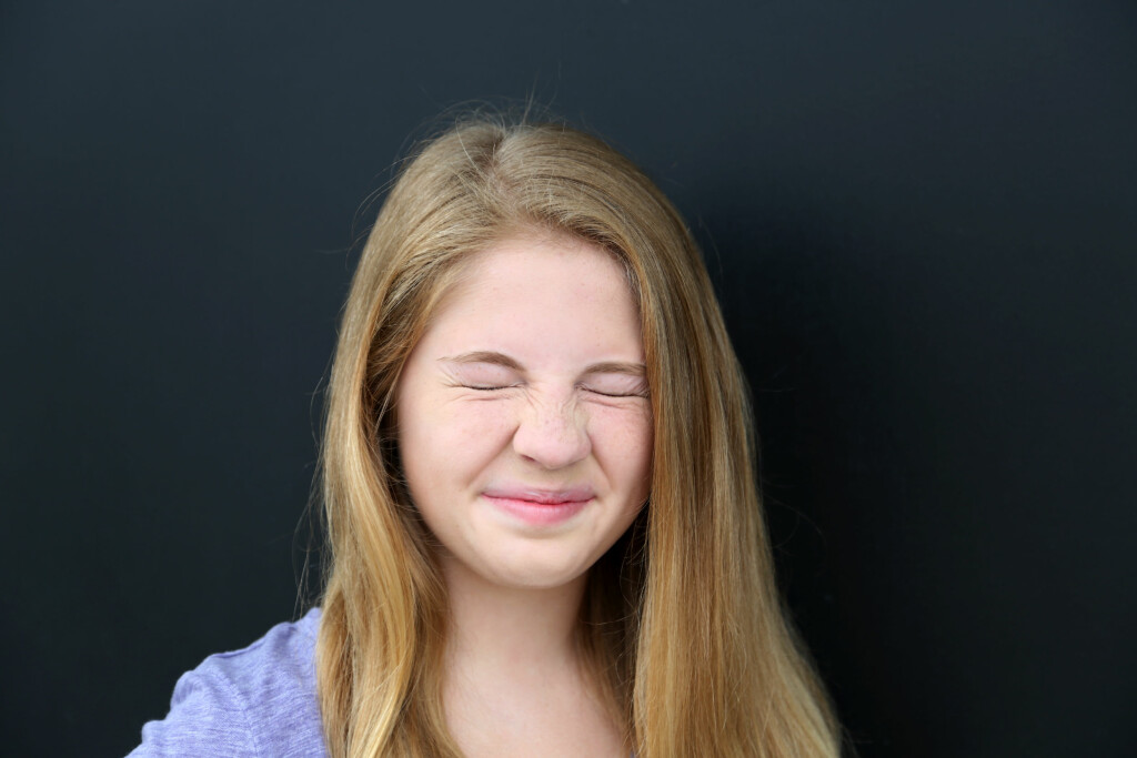 SYMPTOMER PÅ TOURETTES:  Blunking, kasting på hodet, rynking med nesen er eksempler på enkle motoriske tics.  Foto: Shutterstock