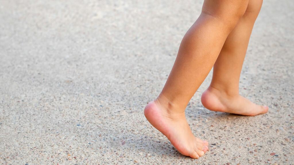 SYMPTOM PÅ SEVERS: Hvis barnet går på tå for å avlaste hælen, kan man mistenke Severs sykdom, eller en annen tilstand i foten. Oppsøk lege. Foto: NTB Scanpix/Shutterstock