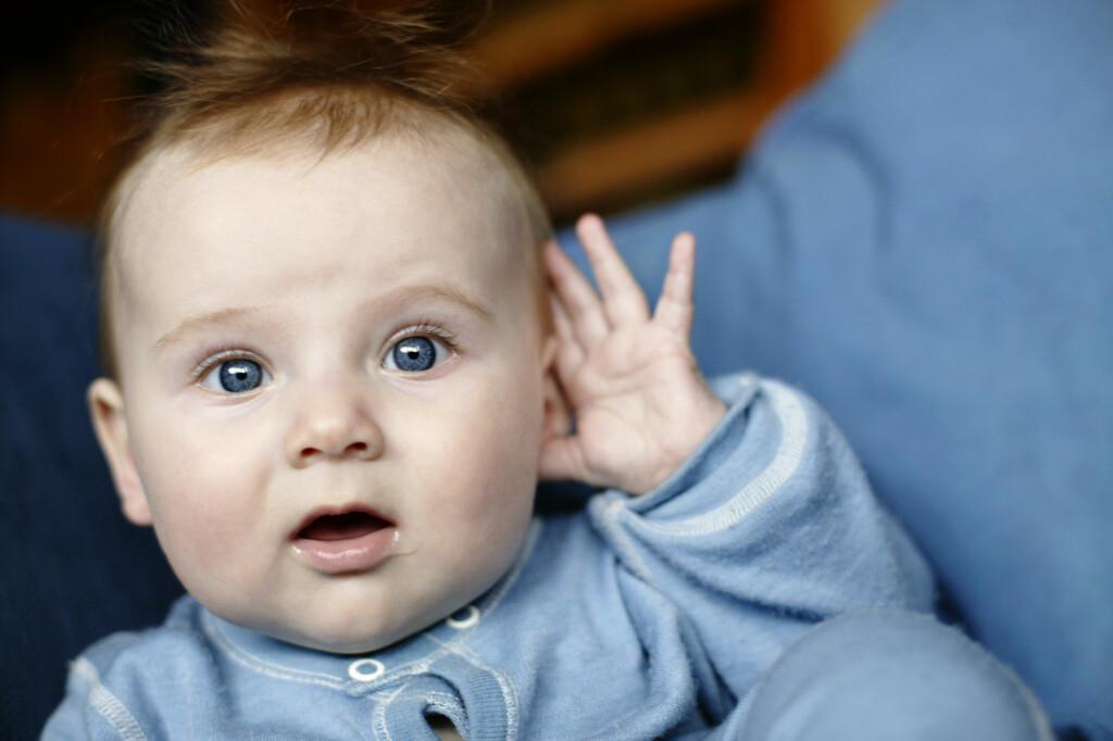 TAR SEG TIL ØRET: Små barn er ofte utsatt for å få ørebetennelse. En tegn på dette kan være at de tar seg til øret og gråter mer enn normalt. Foto: NTB Scanpix