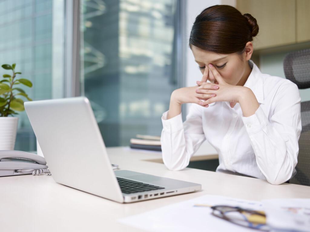 FORKJØLET PÅ JOBBEN: De fleste kan gå på jobb med en vanlig forkjølelse, men bør ta litt ekstra hensyn for ikke å smitte kolleger. Foto: NTB Scanpix/Shutterstock