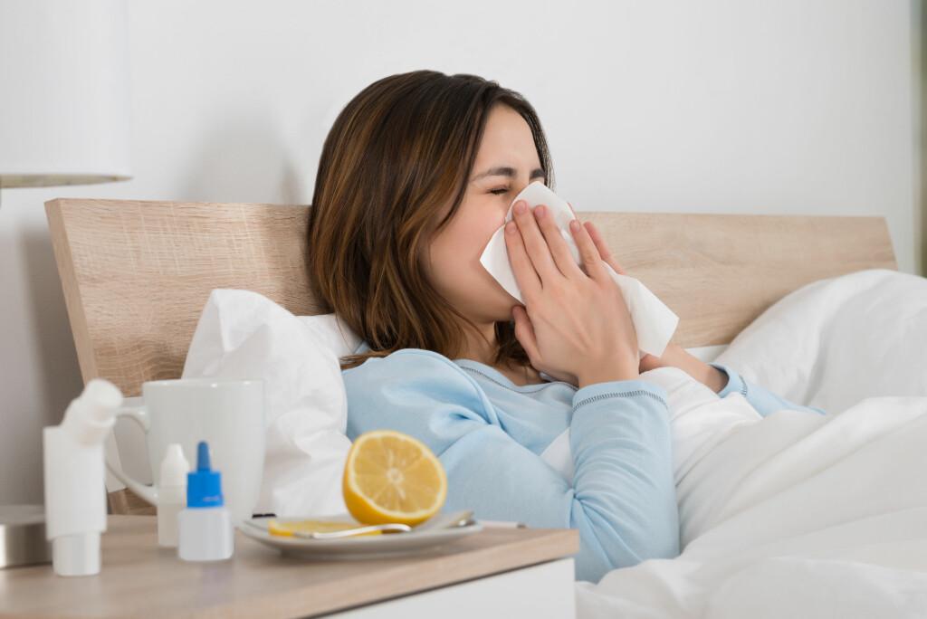 HVORDAN UNNGÅ EN FORKJØLELSE: Sitron, honning og c-vitaminer hjelper ikke Foto: NTB Scanpix