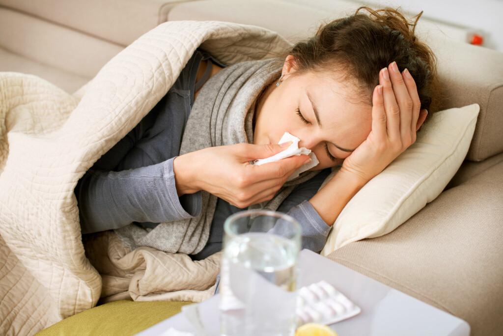 PLAGSOMT: En forkjølelse er plagsom, men i de fleste tilfeller totalt ufarlig. Men det er lov å ta litt ekstra vare på seg selv. Foto: NTB Scanpix/Shutterstock