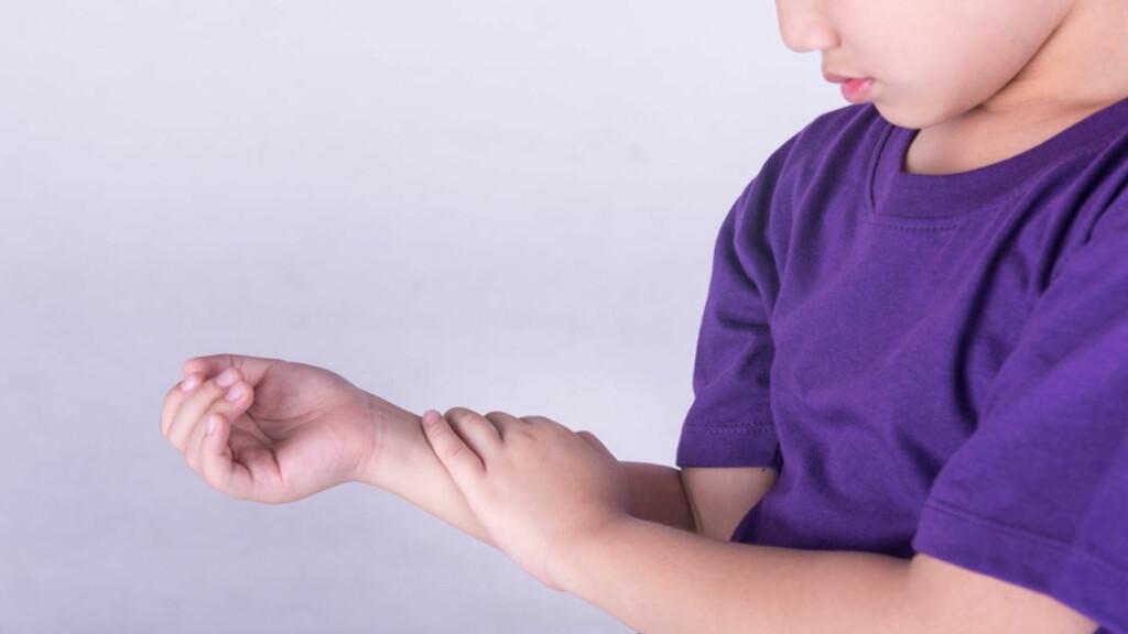 BARNELEDDGIKT: Noen får smerter og hevelse i noen få ledd. Andre får mer typiske leddgikttegn med smerter og hevelse i flere ledd. Foto: NTB Scanpix/Shutterstock