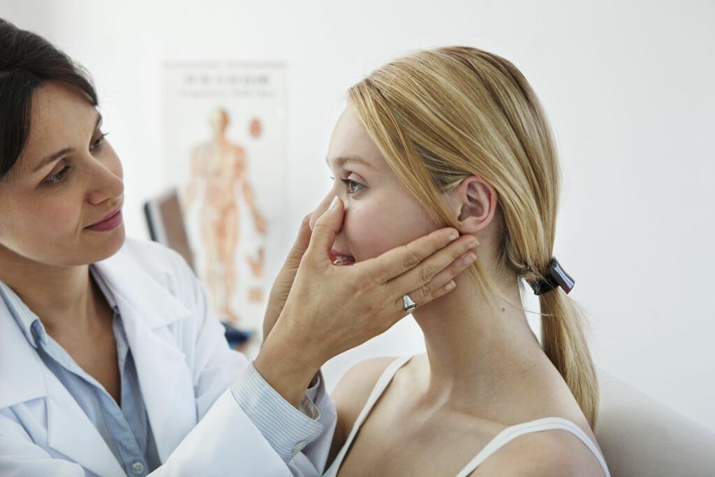 BEHANDLING AV BIHULEBETENNELSE: Det er vanlig å få nesespray eller nesedråper for å roe ned betennelsen. Foto: NTB Scanpix