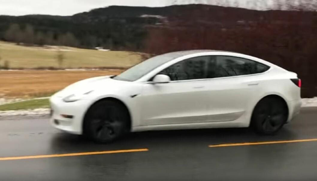 <strong>MODEL 3 I NORGE:</strong> Her er, såvidt vi vet, det første eksemplaret av en Tesla Model 3 som er observert i Norge. Jan Ove Furesund fikk øye på bilen og rakk såvidt å få filmet den i det den kjørte forbi. Skjermdump: YouTube/Jan Ove Furesund