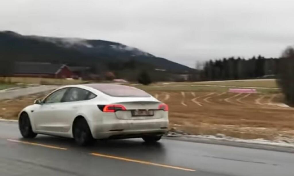 FØRST I NORGE: Vi vet ikke hvorfor denne Model 3 er på Norgesbesøk over et halvt år før lansering utenfor Nord-Amerika, men antar at den skal prøves ut under lokale forhold i et av Teslas viktigste markeder. Foto: Skjermdump YouTube/Jan Ove Furesund