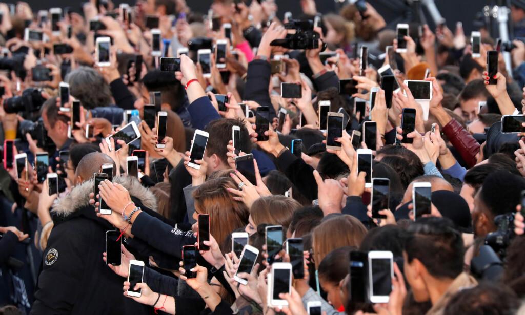 INVASJONSHÆR: - Telefonen invaderer oss og tilranar seg meir og meir av vår merksemd og tid utan at vi ein gong merkar at det skjer. Smart(!)phonen har gradvis blitt eit snedig, kontrollerande tankepoliti, skriver artikkelforfatteren. REUTERS/Charles Platiau  TPX IMAGES OF THE DAY