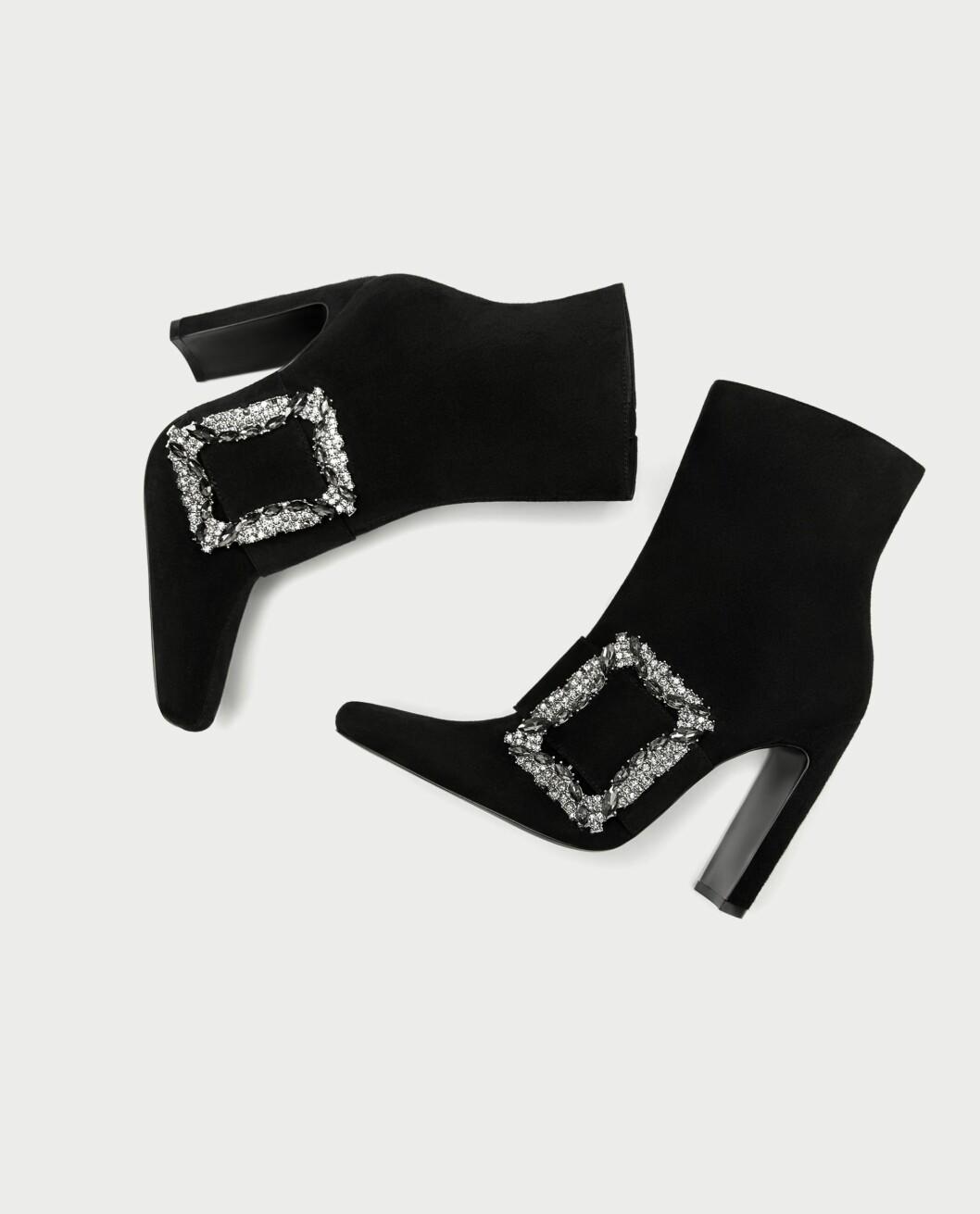 <strong>Sko fra Zara  999,-  https:</strong>//www.zara.com/no/no/h%C3%B8yh%C3%A6lt-skolett-med-spenne-p17145201.html?v1=4872033&v2=526501