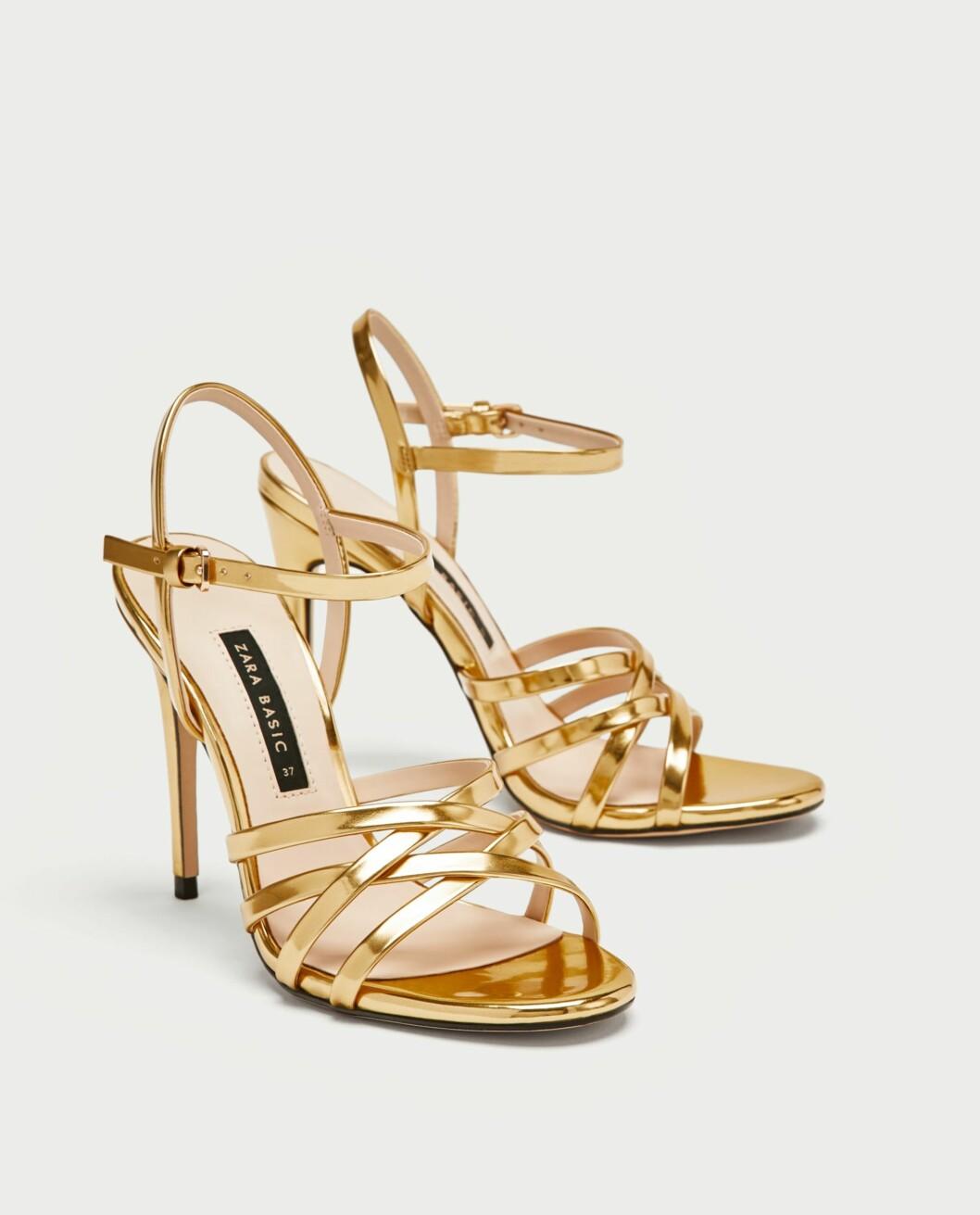 <strong>Sko fra Zara  349,-  https:</strong>//www.zara.com/no/no/laminert-sandal-med-remmer-p12300301.html?v1=5426702&v2=526501