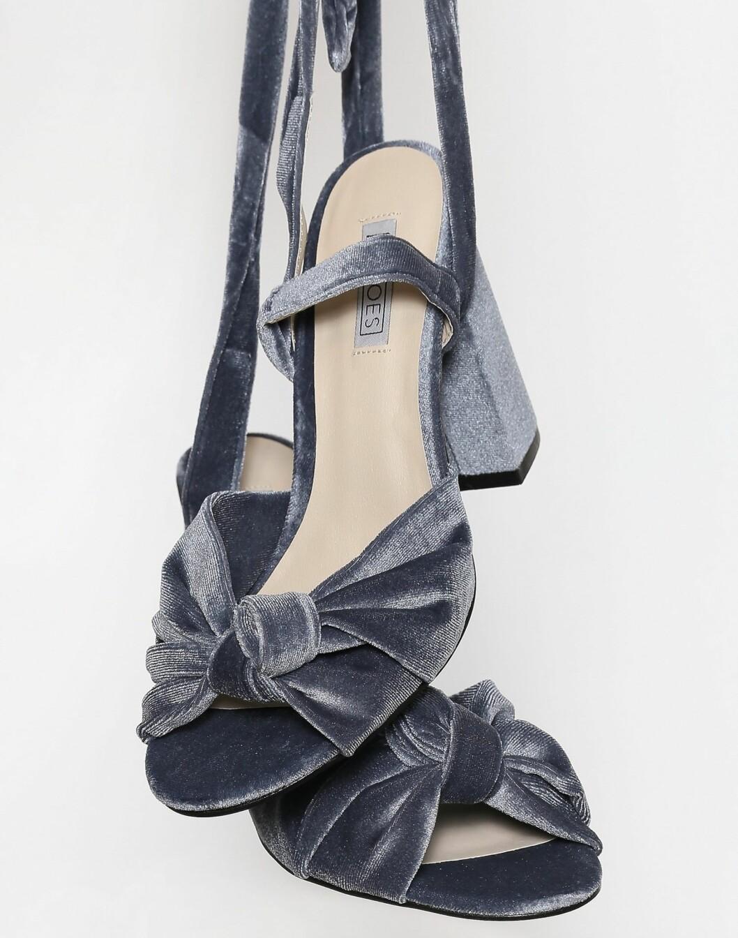 <strong>Sko fra Nelly  399,-  https:</strong>//nelly.com/no/kl%C3%A6r-til-kvinner/sko/heels/nly-shoes-427/velvet-lace-heel-sandal-421176-0086/