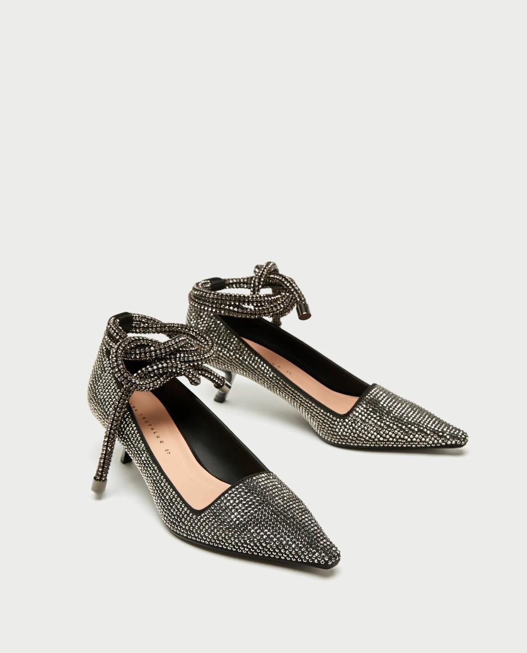 <strong>Sko fra Zara  599,-  https:</strong>//www.zara.com/no/no/pumps-med-glitter-p17213201.html?v1=5141516&v2=269216