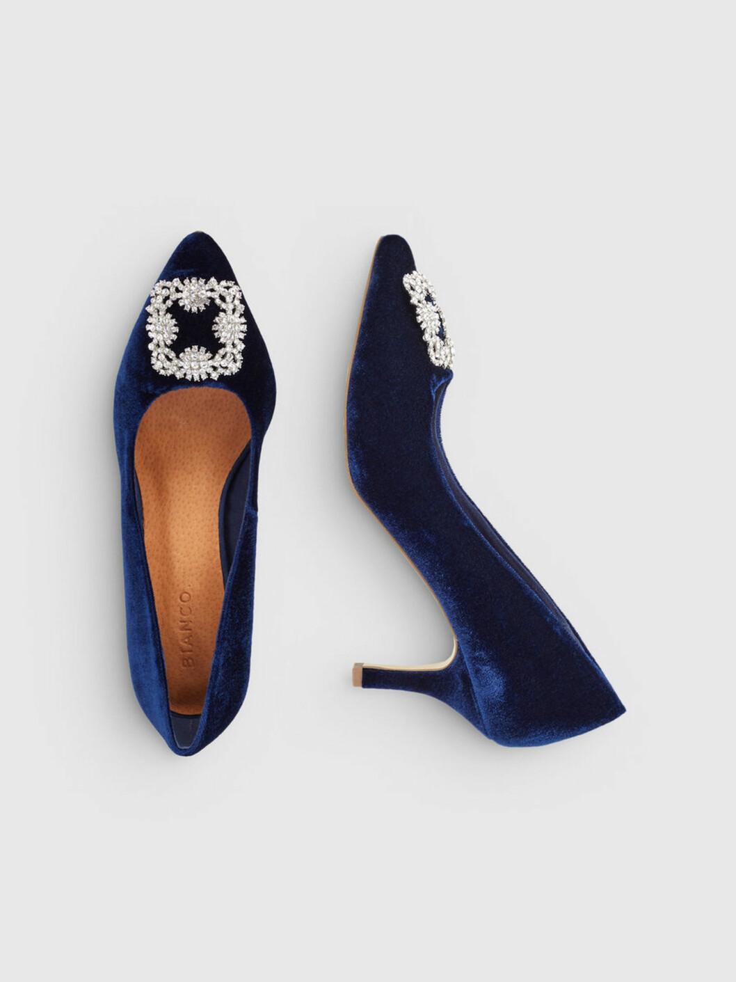 <strong>Sko fra Bianco  699,-  https:</strong>//www.bianco.com/no/no/bi/til-henne/hoeye-haeler/pumps/velvet-brooch-shoes-93549529.html?cgid=bi-women-pumps&dwvar_colorPattern=93549529_NavyBlue