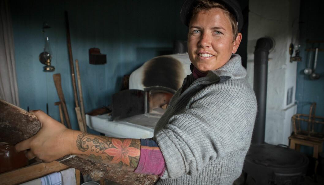 HELARM: Eunike Hoksrød har valgt å fylle hele armen med blekk. Foto: Alex Iversen / TV 2