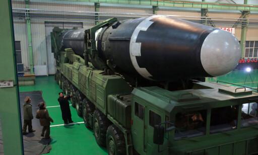 HWASONG-15 og KIM: Dette er raketten Kim Jong-un mener kan nå USA, og som ble skutt opp tirsdag denne uka. Den har fått navnet Hwasong-15. Foto: (Korean Central News Agency/Korea News Service/ AP/Scanpix