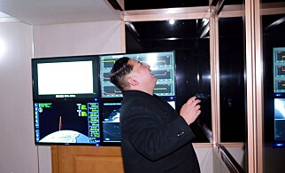 FULGTE OPPSKYTINGA: Kim Jong-un fulgte nøye med på oppskytinga av Hwasong-15 missilet tirsdag. Foto: AFP / KCNA