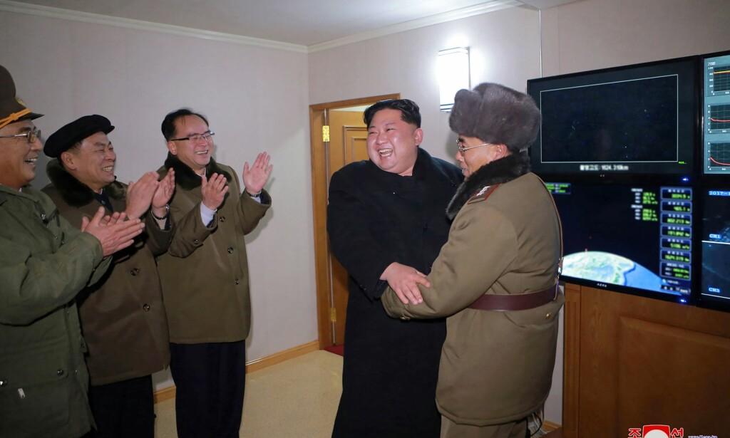 FORNØYD: Bidet som ble tatt i går og frigitt i dag viser en tilsynelatende fornøyd Kim Jong-un etter oppskytinga av Hwasong-15 missilet. Foto: AFP / KCNA