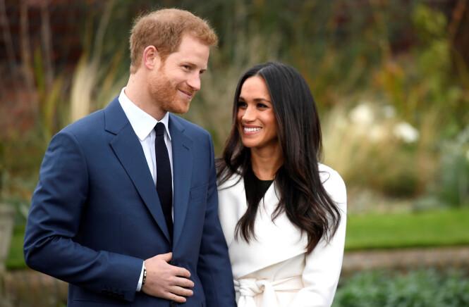 LYKKELIGE: Det er ingen tvil om at Meghan Markle og prins Harry er svært forelsket. Dette bildet ble tatt utenfor Kensington Palace i forbindelse med annonseringen av forlovelsen den 28. november 2017. Foto: NTB Scanpix