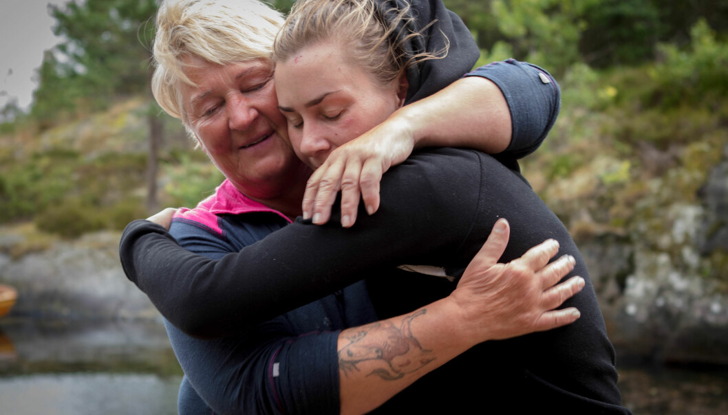 HESTEJENTE: Line Suomalainen (55) har tegnet sin egen tatovering. Her får hun en klem av Camilla Cox Barfot (31). Foto: Alex Iversen / TV 2