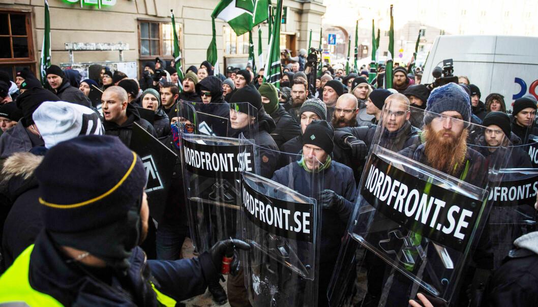 <strong>DEMONSTRERER:</strong> Den nordiske motstandsbevegelsen har de siste åra gjort seg bemerket i flere land. Her fra en anti-innvandringsdemonstrasjon i Stockholm for et år siden. Foto: Jonathan Nackstrand / AFP / NTB Scanpix