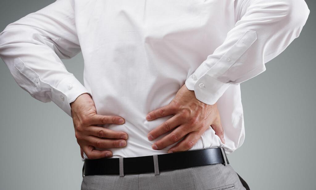 SMERTER I RYGGEN: Får du plutselig vondt i ryggen er det flere råd du kan følge. Den beste medisinen er å holde seg i aktivitet, ifølge ekspertene. (Foto: Brian A Jackson / Shutterstock / NTB scanpix)