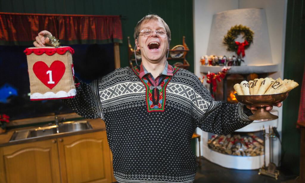 RØDVIN: I «Asbjørns julekalender» får gjestene så mye rødvin de vil, og litt til. Foto: TVNorge.