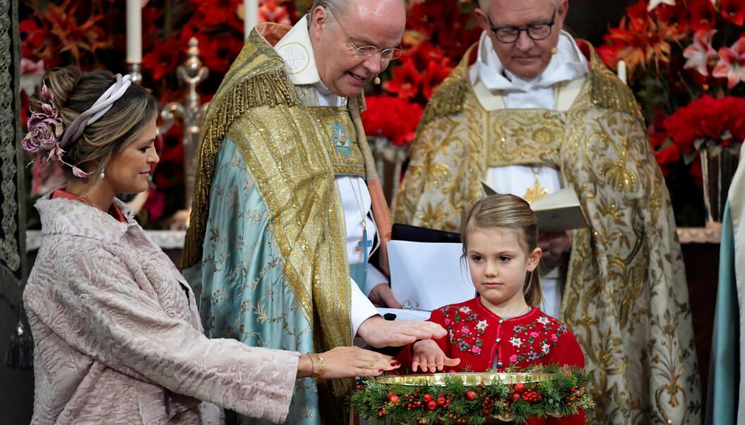 RITUALER: Kusine prinsesse Estelle og tante prinsesse Madeleine deltok i dåpsseremonien. Gravide Madeleine var fadder for prins Gabriel. Foto: NTB Scanpix