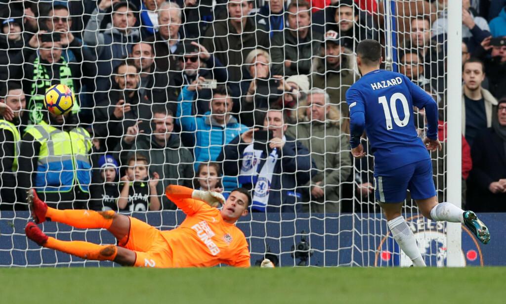MÅL: Eden Hazard chipper ballen iskaldt i mål. Foto: REUTERS/David Klein