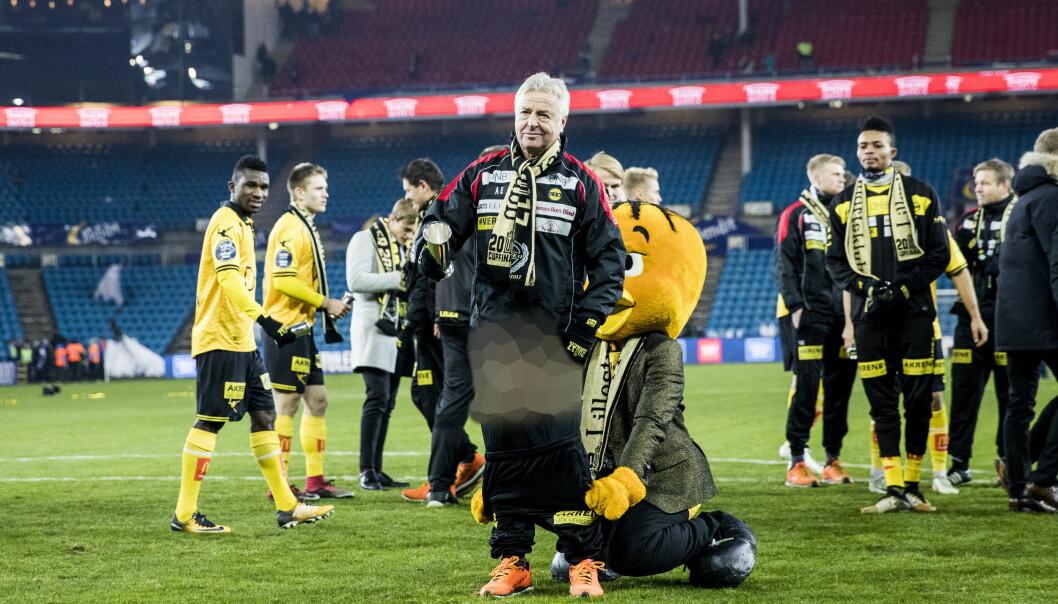 <strong>DRISTIG:</strong> Lillestrøm-trener Arne Erlandsen var ikke helt på høyde med situasjonen da Lillestrøms maskot kom bakfra og dro av ham buksene. Dagbladet har for ordens skyld «sensurert» bildet. Foto: Christian Roth Christensen / Dagbladet
