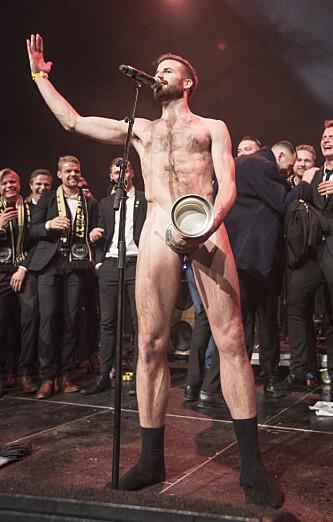 <strong>KASTET KLÆRNE:</strong> Aleksander Melgalvis tok av seg klærne og holdt kongepokalen strategisk til under feiringen i går kveld. Foto: Terje Pedersen / NTB scanpix