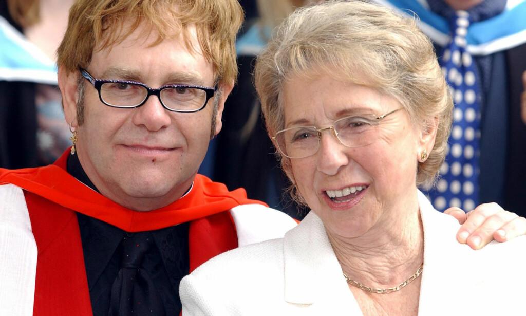 INGEN KONTAKT: Elton John og mora Sheila Farebrother hadde ikke snakket sammen på ni år. Så tok duoen opp kontakten i mai. Foto: NTB Scanpix