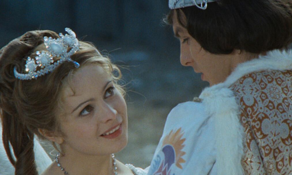 <strong>JULEROMANTIKK:</strong> «Tre nøtter til Askepott» er et av julens mest populære TV-programmer. Her er Libuse Safránková og Pavel Travnicek i en scene fra filmen fra 1973. Foto: NRK