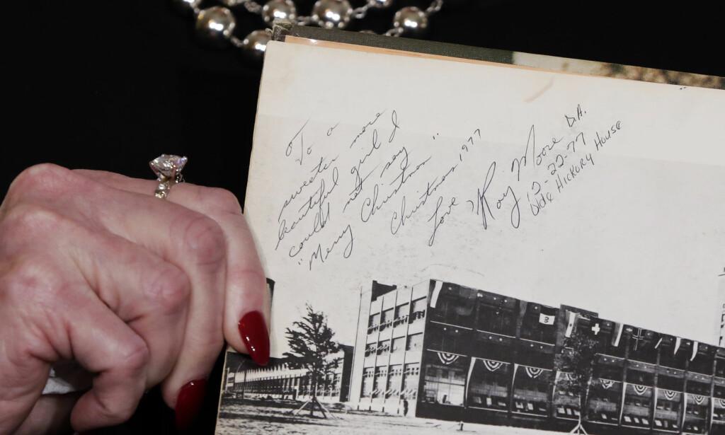 HILSEN: Denne hilsene skal være fra senatorkandidat Roy Moore til Beverly Young Nelson. Nelson hevder Moore utsatte henne for seksuelt overgrep. Foto: AP Photo / Richard Drew / NTB scanpix