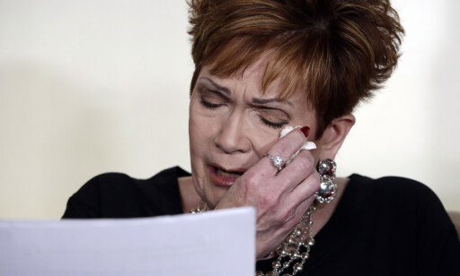 GRÅT: Beverly Young Nelson sto fram med overgrepsanklager mot Roy Moore under en pressekonferanse. Foto: AP Photo / Richard Drew / NTB scanpix