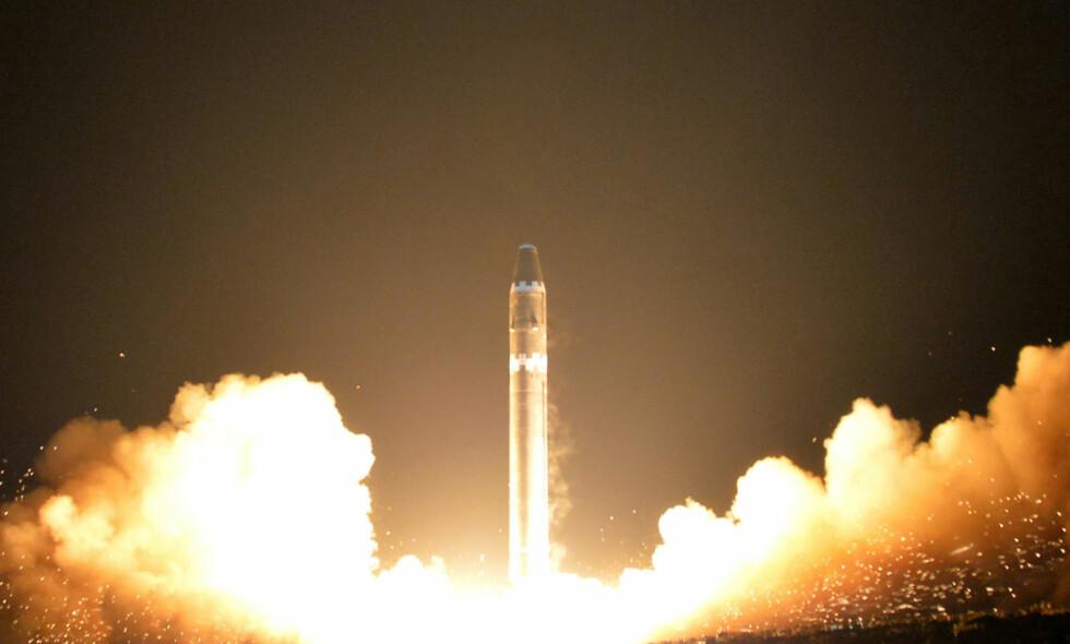TIDSFRIST: Et bilde fra den nordkoreanske regjeringen viser testen av missiltypen Hwasong-15 i Nord-Korea 29. november. Nå hevdes det at Donald Trump skal ha fått klar beskjed fra CIA om at han har tre måneder på seg til å løse «Nord-Korea-problemet». Foto: KCNA