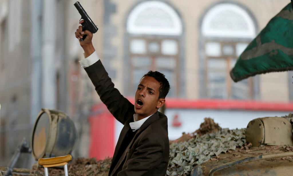 FEIRER: En houti-sympatisør feirer at eks-presidenten i Jemen gjennom 33 år, Ali Abdullah Saleh, ble drept i går. Salehs død vil føre til enda mer kaos og elendighet, ifølge Jemen-eksperter. Foto: Khaled Abdullah / Reuters / Scanpix