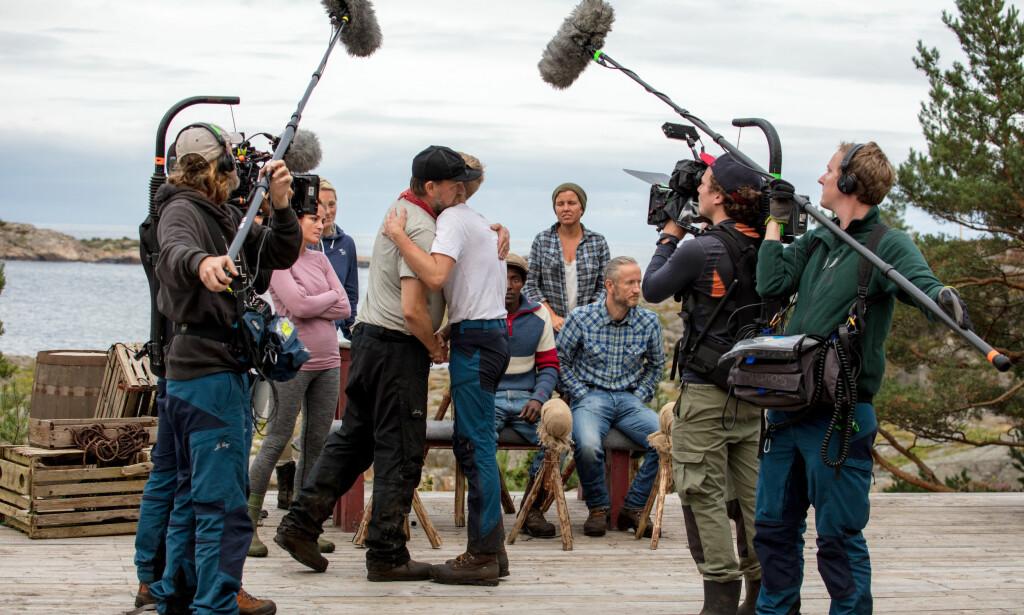 FOREVIGELSE PÅGÅR: Halvor Sveen gir meddeltaker Bjørn-Erik Fatnes en klem etter tvekampen der førstnevnte gikk av med seieren. Foto: Alex Iversen / TV 2