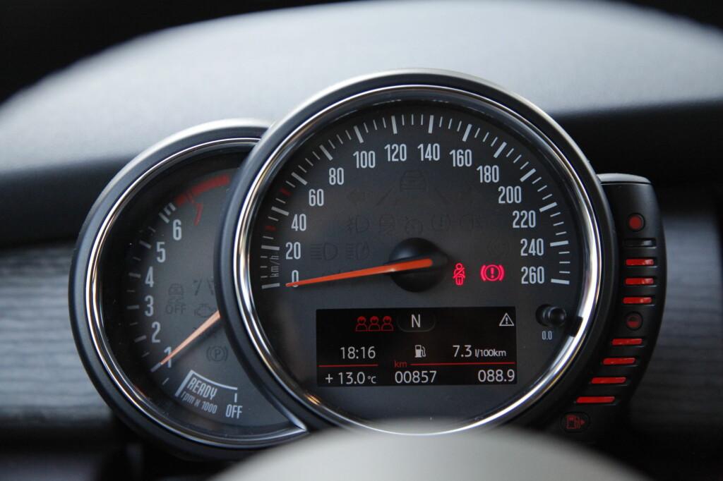 PÅ STAMMEN: MEd navigasjon flyttes speedometeret på rattsatmmen sammen med turteller og tankmåler. Head up-display kan også bestilles.  Foto: RUNE M. NESHEIM