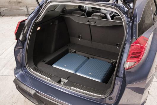 I det skjulte rommet under bagasjeromsgulvet er det allerede plass til to av kabinkoffertene. Alle de andre får plass over gulvet, bak bakseteryggen - og under bagasjeromsdeklslet, som kan ligge uvanlig høyt takket være de svært smale bakre sidevinduene.