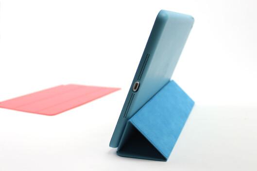 Apple har lansert et nytt tilbehør til iPad Air, Smart Case. Det kommer i skinn, og dekker både frem- og baksiden av nettbrettet. Så trenger man ikke være redd for stygge riper når den ligger i veska. Vi liker det; men prisen er høy: 649 kroner. Foto: KIRSTI ØSTVANG