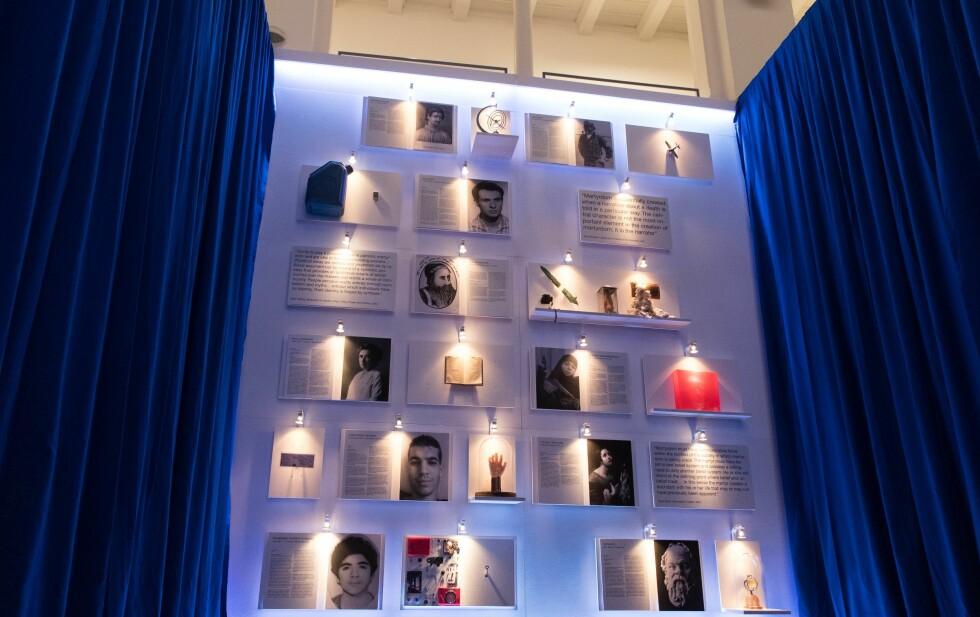 MARTYRMUSEET: I denne installasjonen henger historiske storheter som Sokrates side om side med terrorister. Foto: NTB Scanpix