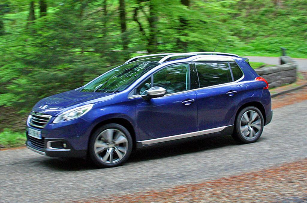 <B>I FINT DRIV:</B> Peugeot 2008 er velkjørende, relativt romslig og praktisk. I tillegg ser den tøff ut, man sitter ganske høyt og får fin oversikt i trafikken. Ulemper? Det relativt stramme oppsettet reduserer komfortnivået noe - i det minste på denne versjonen med store felger.  Med priser fra 192.000 kroner med en trivelig og økonomisk ny bensinmotor er dette etter vår mening mye bil for pengene. Foto: Knut Moberg