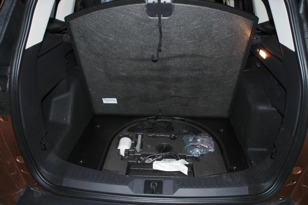 I stedet for et reservedekk får du en luke med reparasjonsutstyr. Foto: Øyvind P