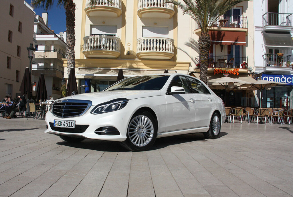Oppgraderingen av Mercedes E-klasse er den mest omfattende i merkets historie. En god bil er blitt enda bedre. Og sett i forhold til hva man får for pengene, har Mercedes-luksus aldri vært billigere. Foto: Knut Moberg
