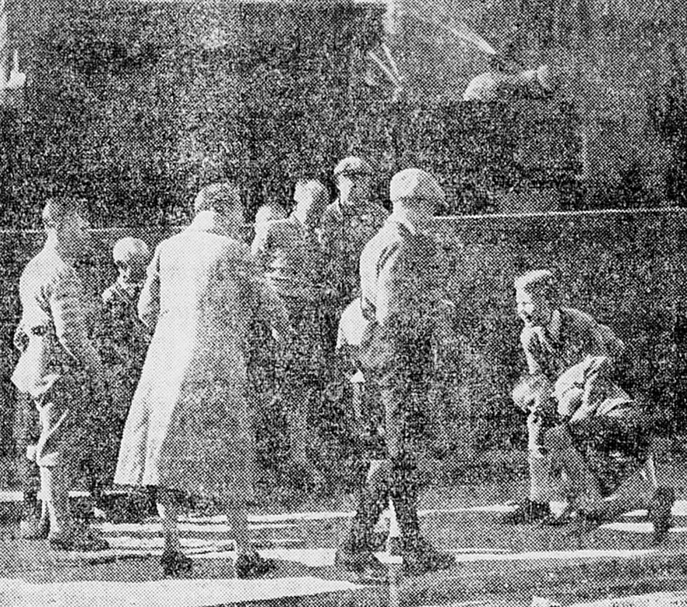 Hallo Oslo: Alfhild Hovdan instruerer statister på Torshov i forbindelse med innspillingen av «Hallo Oslo!». Faksimile fra Dagbladet 12.9.1931.