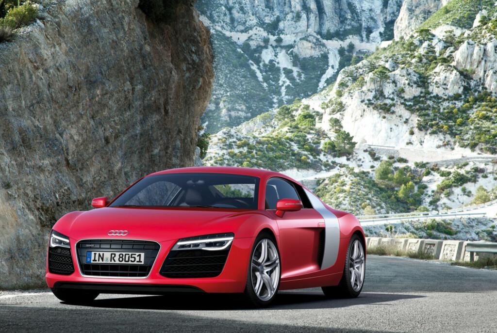 Audi R8 har fått en lettere ansiktsløftning som skal hjelpe den gjennom tiden frem til en ny dukker opp, antakelig i 2014. Viktigste nyhet: En mye bedre automat - S tronic basert på PDK fra Porsche og ikke lenger R tronic hentet fra Lamborghini. Foto: Audi